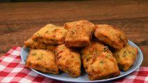 Pão de ervas sem fermento: quadrados fofinhos para acompanhar qualquer prato!