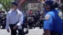 I poliziotti si inginocchiano insieme ai manifestanti e ricordano George Floyd