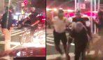 Ciclista vuole attraversare la strada, accerchiato e aggredito a manganellate dai poliziotti