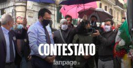 """Salvini contestato a Napoli: """"Non si strumentalizza la morte di un poliziotto"""""""