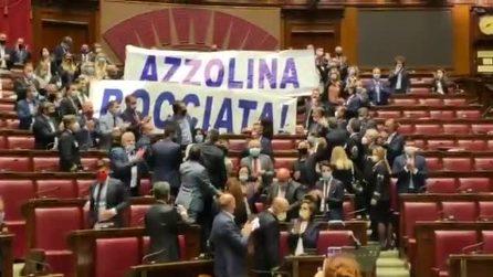 """""""Azzolina bocciata"""", lo striscione della Lega alla Camera durante l'esame del decreto Scuola"""