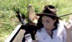 La reporter si avvicina e sorride al coccodrillo: lui spalanca le fauci e tenta di azzannarla