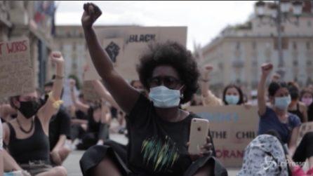 Black Lives Metter Torino, tutti seduti in piazza col pugno chiuso alzato