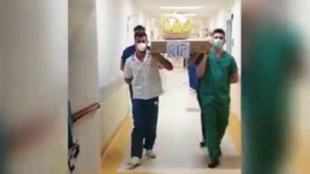 Lecce, chiuso il reparto Covid: medici e infermieri festeggiano così
