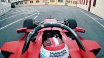 Leclerc sfreccia lungo le strade di Maranello, le immagini a bordo sono emozionanti