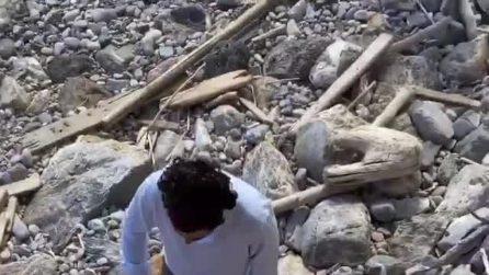 Caterina Balivo con marito e figli pulisce la spiaggia dai rifiuti