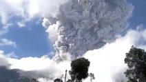 Si risveglia dopo 10 anni il vulcano Merapi: l'eruzione è violentissima