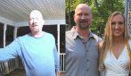 Papà usa la videocamera di sorveglianza ogni giorno per salutare sua figlia che studia lontano