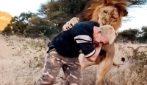 """Un """"gioco"""" estremo: il leone salta addosso al ragazzo"""