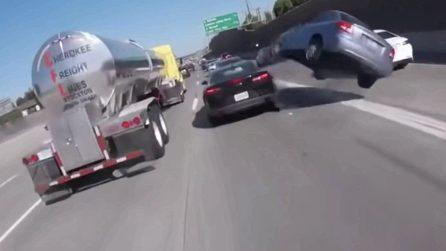 Incidente rocambolesco in autostrada: la vettura si impenna e vola letteralmente, rotolando via