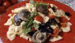 Pasta fredda con olive e pomodori: la ricetta del primo piatto veloce e saporito