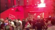 Il Liverpool vince la Premier League: partono i festeggiamenti all'esterno di Anfield Road