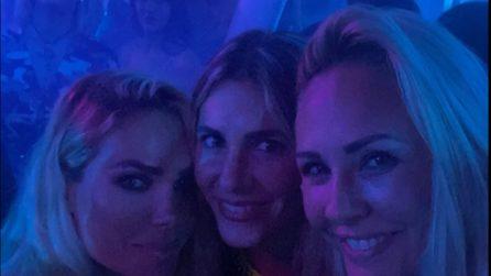 Ilary Blasi in discoteca con la sorella e le amiche