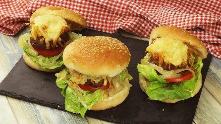 Burger di carne filanti al forno: l'idea per una cena saporita e veloce!