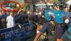 Salvini a Mondragone, manifestanti impediscono comizio e gli lanciano acqua e bottiglie contro