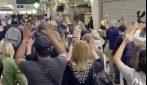 Parigi, evacuato il centro commerciale: tutti con le mani in alto, alla ricerca dell'uomo armato