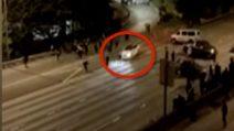 L'auto si getta sulla folla e uccide una donna: il momento shock durante la manifestazione