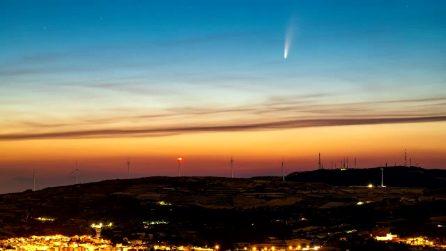 La cometa Neowise illumina il cielo all'alba: la lunga scia luminosa nel video