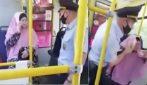Donna senza mascherina sul bus, gli agenti la trascinano con la forza tra le sue urla