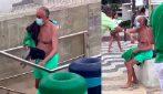 Il presidente del Portogallo come un cittadino comune: in costume da bagno saluta i passanti