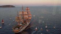 Il veliero Amerigo Vespucci omaggia Ischia sulle note delle canzoni di Pino Daniele