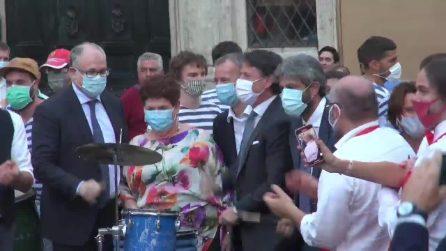 Conte e i ministri suonano bonghi e batteria in piazza Montecitorio