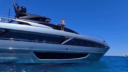 """Ibrahimovic in vacanza, il tuffo dal super yacht: """"In mare sono uno squalo"""""""
