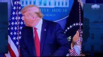 Spari fuori dalla Casa Bianca, Trump interrompe briefing portato via dalla sicurezza