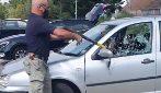 Vede un cane sofferente chiuso in auto sotto il sole: decide di sfondare il finestrino per liberarlo