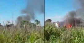 Cade aereo che trasportava la squadra del Palmas, alcune persone si avvicinano e documentano le prime immagini