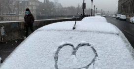 La neve imbianca Parigi, è la prima dell'anno