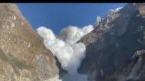 Nepal, la valanga si stacca dalla montagna e scende a valle raggiungendo il gruppo di escursionisti