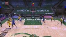 NBA, LeBron esulta per la tripla prima ancora che entri