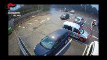 Furto di anelli in gioielleria: le telecamere riprendono i ladri in azione