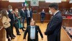 Lombardia, caos durante il Consiglio regionale: consigliere Usuelli si inginocchia e viene espulso