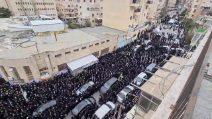 Gerusalemme, in migliaia ai funerali del rabbino morto di Covid-19