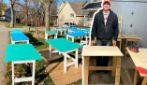 Costruisce 1000 banchi per aiutare gli studenti in difficoltà economica con la didattica a distanza