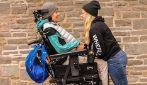 Affetto da paralisi, con la sua fidanzata lotta per un mondo a misura di tutti