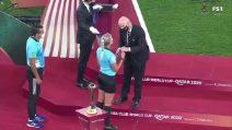 Mondiale per Club, la terna arbitrale femminile non può salutare lo sceicco: scoppia la polemica
