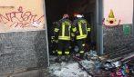 Incendio in un supermercato di Napoli, l'intervento dei vigili del fuoco
