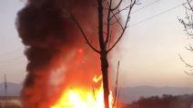 Si scontrano due camion che poi prendono fuoco: in ospedale i due autisti