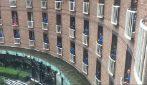 Rugbisti si affacciano al balcone dell'hotel e cantano: splendido omaggio durante la quarantena obbligatoria