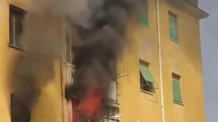 Paura ad Acilia: fiamme e fumo da un appartamento, evacuato un intero palazzo