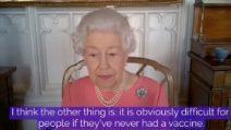 """La regina Elisabetta invita i sudditi a vaccinarsi: """"Il vaccino è veloce e indolore"""""""