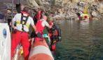 Frana al cimitero di Camogli, i vigili del fuoco recuperano le bare finite in mare