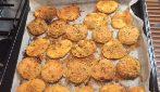 Cipolle e patate gratinate: il contorno delizioso che si prepara in pochi minuti