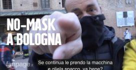 """Protesta No-Mask a Bologna: """"Ti spacco la telecamera se continui a riprendere"""""""