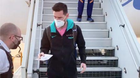 """Il Barcellona arriva a Parigi: qualcuno non """"riconosce"""" Messi"""