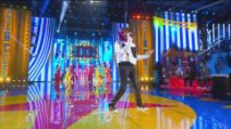 """Sangiovanni canta """"Il cielo è sempre più blu"""" durante la seconda puntata di Amici 2021"""