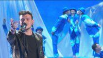"""Leonardo canta """"Nel blu dipinto di blu"""" nella seconda puntata di Amici 2021"""